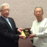 President Kaimori-san of the JCA presenting award to Fuji Miki